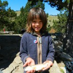 Yael et sa première truite à 5 ans