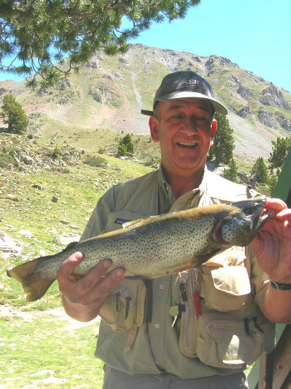 Pêcheur et truite de Bastan